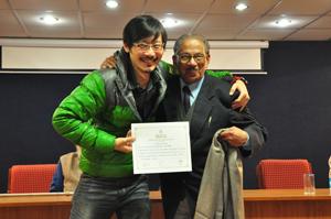 2011 從印度占星學院校長手中 取得證書